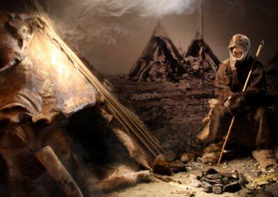 Steinalderfolk i utstillingen på Nordvegen historiesenter