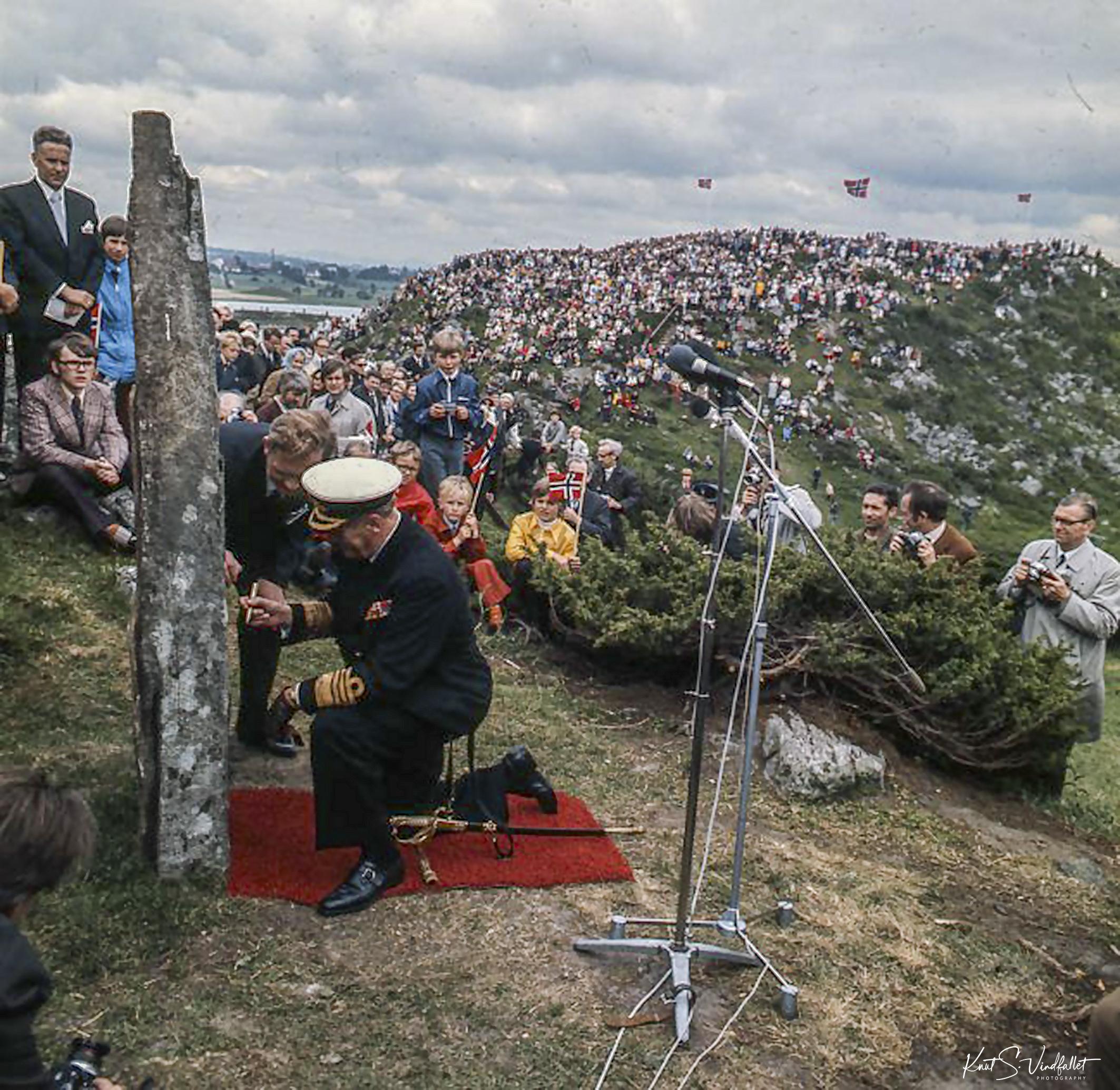 Kong Olav V signerer bauta på Ytraberget ved Hafrsfjord
