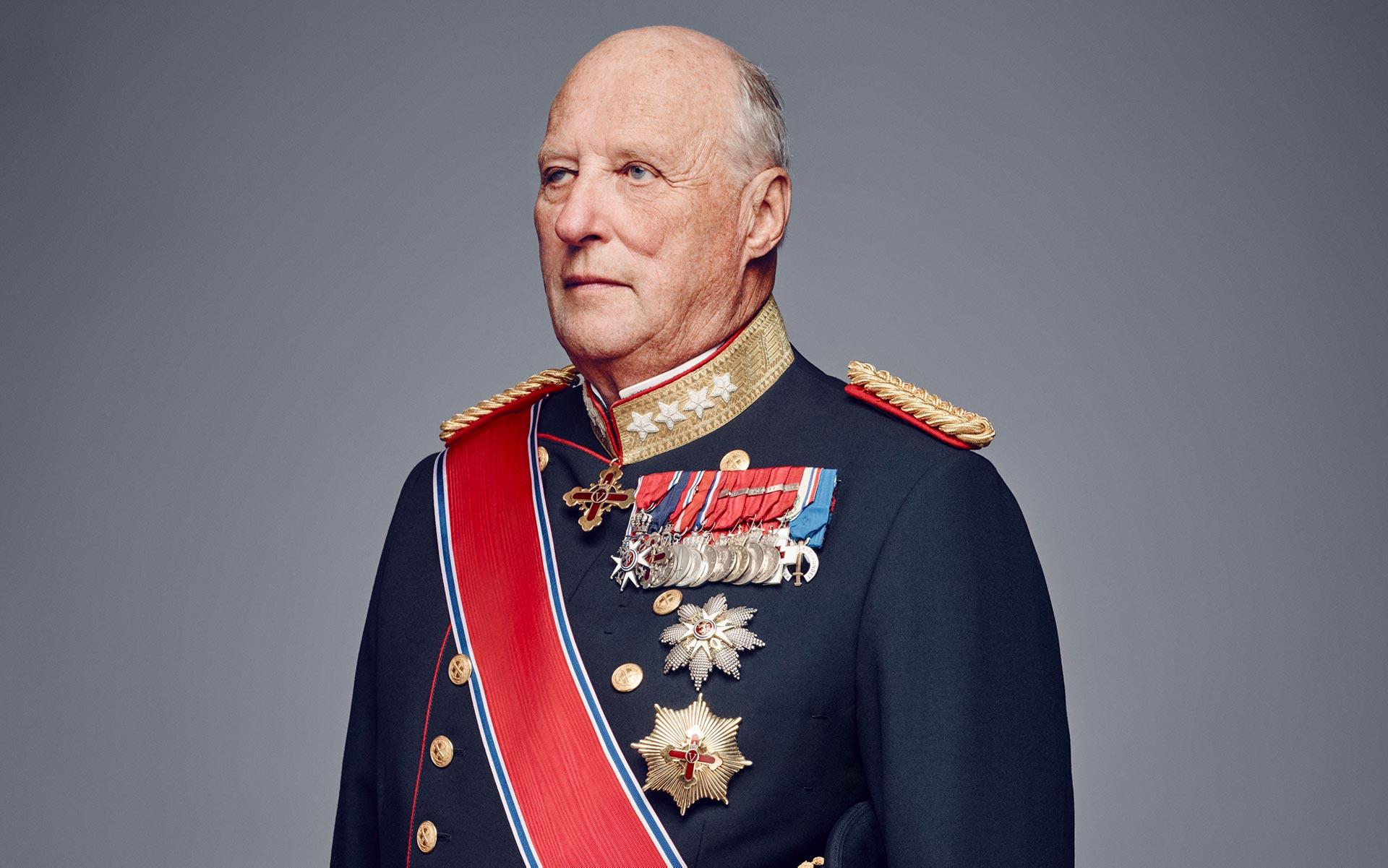Bildet av kong Harald den femte i gallauniform