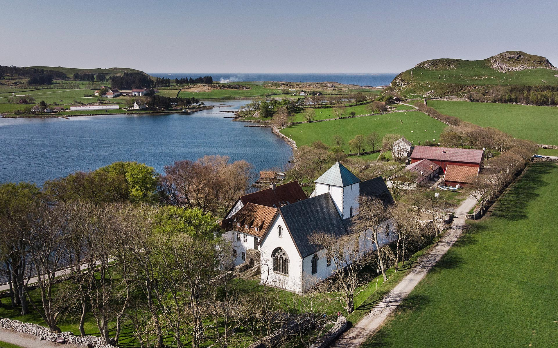 Dronebilde av Utstein Kloster