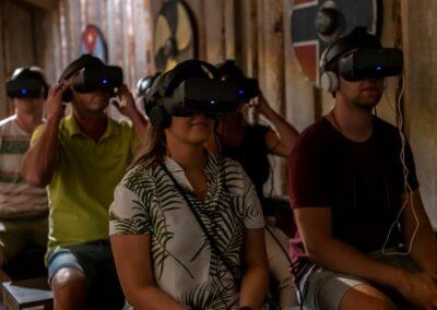 Follk med VR-briller inne på Viking House