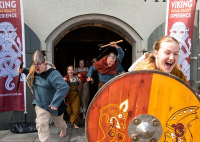 Vikinger stormer ut av Viking House
