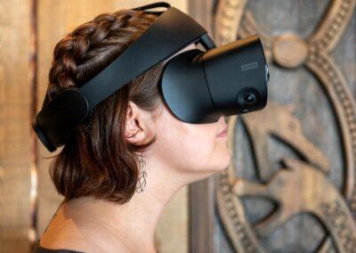 Kvinne med VR-maske på Viking House